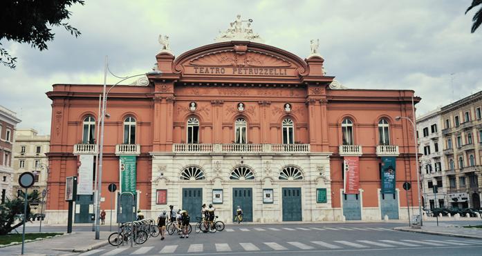 Co zwiedzić w Bari - teatr Petruzzelli