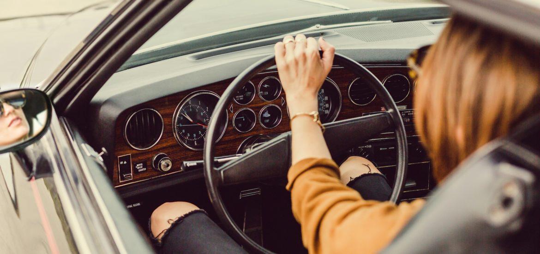 Wynajem samochodu w Bari - kobieta w samochodzie